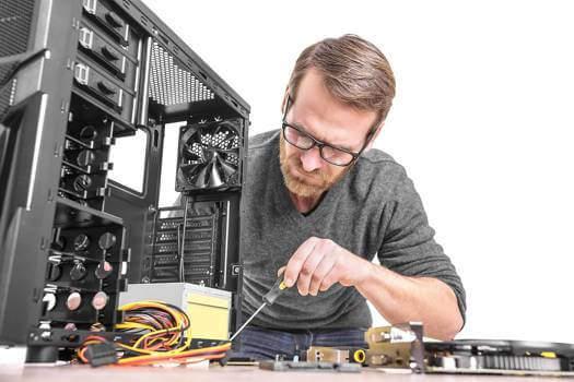 infromatyk-naprawia-komputer